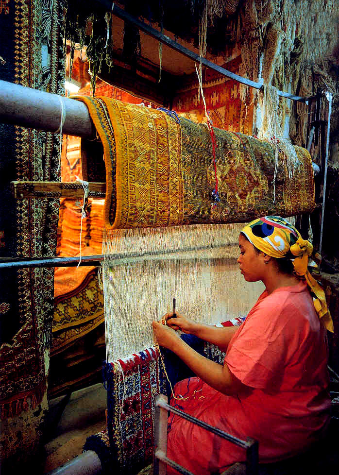 woman-weaving-berber-carpet